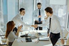 Rozochocony szef przedstawia uczestników biznesowy spotkanie Zdjęcia Stock