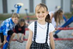 Rozochocony szkolnego wieka dzieci bawią się na boisko szkole Fotografia Royalty Free
