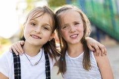 Rozochocony szkolnego wieka dzieci bawią się na boisko szkole Obraz Royalty Free