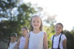 Rozochocony szkolnego wieka dzieci bawią się na boisko szkole Zdjęcia Stock