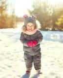 Rozochocony uśmiechnięty małe dziecko bawić się w zima dniu obraz royalty free