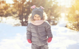 Rozochocony uśmiechnięty małego dziecka odprowadzenie w zimie obrazy stock