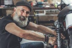 Rozochocony uśmiechnięty starsza osoba mężczyzna w warsztacie obraz royalty free
