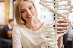 Rozochocony uśmiechnięty studencki holdign DNA model Obrazy Stock