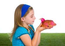 Rozpłodnik karmazynki żartują dziewczyna ranczera rolnika z kurczaków kurczątkami Zdjęcie Stock