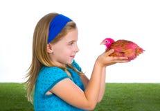 Rozpłodnik karmazynki żartują dziewczyna ranczera rolnika z kurczaków kurczątkami Fotografia Stock