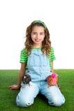 Rozpłodnik karmazynki żartują dziewczyna ranczera rolnika z kurczakiem  Zdjęcie Royalty Free