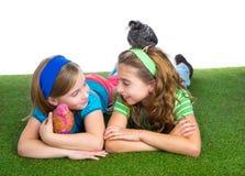 Rozpłodnik karmazynki żartują siostrzane średniorolne dziewczyny ma zabawę z kurczaka chi Zdjęcia Stock