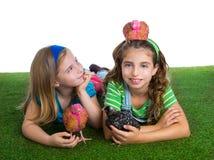 Rozpłodnik karmazynki żartują siostrzane średniorolne dziewczyny ma zabawę z kurczaka chi Zdjęcie Stock