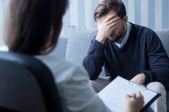 Rozpacza mężczyzna przy psychologa biurem Obraz Stock