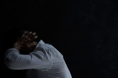 Rozpacza mężczyzna w ciemnym pokoju obrazy royalty free
