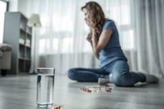 Rozpaczający damy cierpienie od depresji z pigułkami obrazy stock