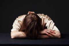 rozpaczający Kobieta kłama na stole, głowa na rękach zdjęcie royalty free