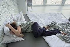 Rozpaczający kobiety lying on the beach na łóżku fotografia stock