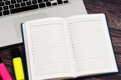 Rozpieczętowany biznesowy notatnik dla dokumentacyjnych znacząco wydarzeń i spotkań z partnerami biznesowymi obrazy royalty free