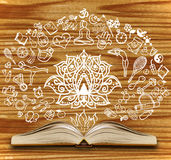 Rozpieczętowana książka z joga kreśli na drewnianym tle Obrazy Stock