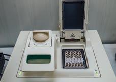 Rozpieczętowana polymerase reakci łańcuchowej PCR cycler maszyna z DNA próbkami zdjęcia stock