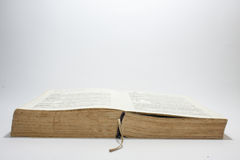 Rozpieczętowana stara książka z żółtymi stronami Fotografia Royalty Free
