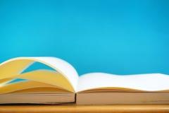 Rozpieczętowane książki w błękitnym tle Fotografia Stock