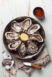 Rozpieczętowane ostrygi z korzennym kumberlandu i ostrygi nożem obraz stock