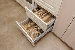 Rozpieczętowani kuchenni kreślarzi z silverware obraz stock