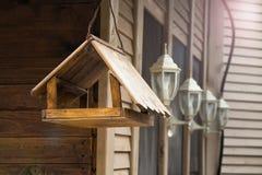 Rozpieczętowany birdhouse wspinający się na ścianie Fotografia Royalty Free