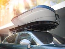 Rozpieczętowany dachowy stojak i nowożytny srebny samochód świadczenia 3 d Zdjęcia Stock
