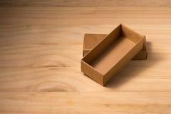 Rozpieczętowany karton na drewnianym tle Zdjęcie Stock