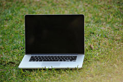Rozpieczętowany laptop na trawie fotografia royalty free