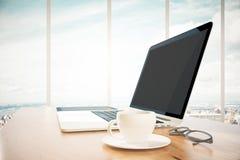 Rozpieczętowany laptop z filiżanką cooffee na drewnianym stole w biurze zdjęcia royalty free