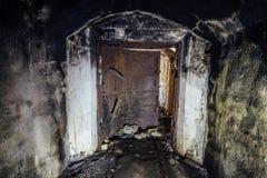 Rozpieczętowany ośniedziały opancerzony hermetyczny drzwi, wejście zaniechana Radziecka okręt wojenny amunicj zajezdnia obraz stock