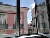Rozpieczętowany okno z widokiem Lisbon fotografia stock