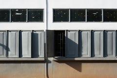 Rozpieczętowany popielaty okno przy szkołą Zdjęcia Stock
