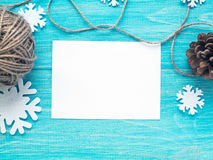 Rozpieczętowany pusty kartka z pozdrowieniami na błękitnym drewnianym podławym tle z starą kamerą i skein nić Mockup shalna fotografia stock
