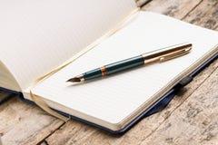 Rozpieczętowany pusty notatnik z eleganckim fontanny piórem Zdjęcie Stock
