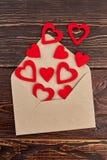 Rozpieczętowana koperta i czerwieni papierowi serca Obraz Stock