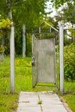 Rozpieczętowana Stara metal brama W ogródzie Fotografia Royalty Free