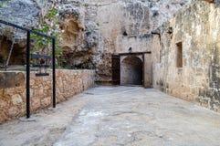 Rozpieczętowani drewniani drzwi prowadzi dungeon stary kasztel obraz royalty free