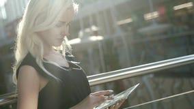 rozpocząć nowy biznes Piękna młoda kobieta trzyma cyfrową pastylkę i patrzeje kamerę z uśmiechem podczas gdy stojący przy zbiory wideo