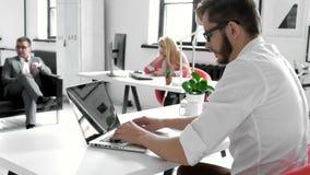 Rozpoczęcie drużyna przy pracą Duzi otwartej przestrzeni biuro, laptopy i papierkowa robota, pojęcia prowadzenia domu posiadanie  zbiory