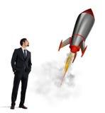 Rozpoczęcie nowa firma z zaczynać rakietę najlepszy biznesowej koncepcji trudności labirynt reach przeszkód graficzna wzrostu jes Zdjęcia Stock