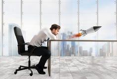 Rozpoczęcie nowa firma z zaczynać rakietę najlepszy biznesowej koncepcji trudności labirynt reach przeszkód graficzna wzrostu jes Fotografia Stock