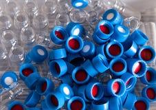 Rozporządzalne nakrętki chemii butelki i obraz stock