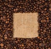 Rozpraszać na burlap kawowe fasole Obrazy Stock