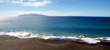 Rozprucie przypływy rozbijają czarną piasek plażę zdjęcia stock