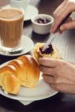Rozprzestrzeniać prezerwy na Croissant rolce w kawiarni obraz royalty free