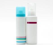 Rozpyla butelkę z błękitnej nakrętki i pompy butelką skincare na białym tle, pusta etykietka obraz royalty free