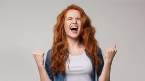 Rozradowana młoda rudzielec kobieta krzyczy z radością obrazy royalty free
