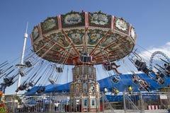 Rozrywek przejażdżki przy jarmarku parkiem zdjęcia royalty free