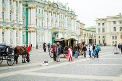 Rozrywka dla turystów przy pałac kwadratem w St Petersburg obrazy royalty free